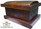 Pequeno bau antigo (ou arca) em madeira macica