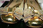 Sapatilha dourada com laco em strass