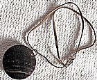 Chifre redondo,  pingente com 4, 5mc diametro e cordao de couro 24cm fechado