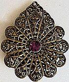 Pingentes modelos folhas vazados com detalhes alto relevo,  com cristal pink claro,  metal ouro velho
