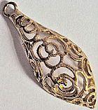 Gravata de metal dourado,   pingente vazado,   (44mm x 17mm x 8mm alt.)