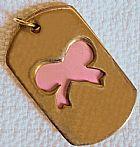 Pingente metal dourado,  parte movel com laco vazado e base na cor rosa.