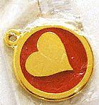 Pingente coracao central alto relevo redondo metal ouro flash,   fundo vermelho