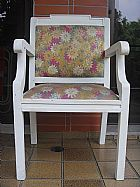 Antiga cadeira pintada em branco e estofados pintados à mao