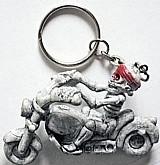 Caveira na moto,   cor acinzentada,   detalhe vermelho na cabeca