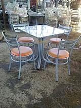 Cadeiras e mesa com tampa de marmore