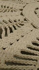 Tapete confeccionado em croche com barbante cor cru,  com 94 cm de diametro