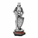 Cavaleiro medieval com escudo e espada 70311