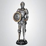 Guerreiro medieval com espada e escudo - escultura