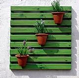 Painel de madeira para jardim vertical - reguas verdes