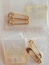 Alfinete de seguranca com strass ouro flas com verniz,   par na embalagem original