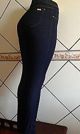 Calca jeans com lycra cintura alta veste super bem