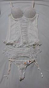 Conjunto de corselet,  cinta liga e calcinha fio dental branco
