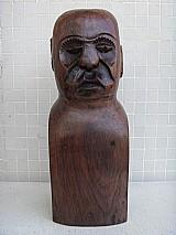 Escultura em madeira macica de imbuia - figura masculina