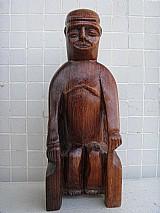 Figura masculina esculpida em jacaranda