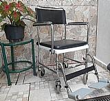 Cadeira com rodas ideal para o banho do desabilitado.
