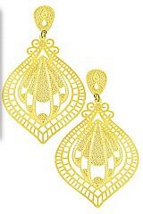 Brinco folheado a ouro feito com chapa contendo detalhes vazados e estampados