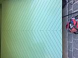 Portão de garagem basculante com revestimento em madeira angelim medidas por fora largura 2, 85 altura 2, 42 mts r$ 1.000, 00
