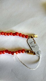Colar de ouro com coral vermelho lapidacao bolinha