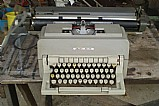 Maquina de escrever antiga olivetti.- 215 -