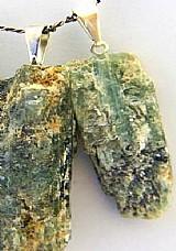 Canudo pingente cianita verde mineral natura, cordao em couro