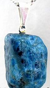 Pingente apatita azul pedrinha natura, cordao em cour