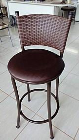 Cadeira banqueta em ferro e encosto tracado em fibra