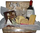 Cesta de queijos e vinho um belo agrado