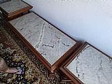 Conjunto de mesa central e 2 mesas laterais para sala. madeira macica trabalhada a mao. tampos de marmore.