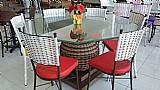 Mesa para cozinha com pe de bola e cadeiras trancadas em fibra sintetica.