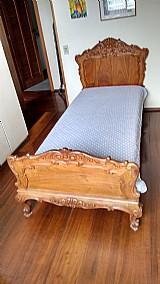 Cama de solteiro de madeira macica entalhada à mao