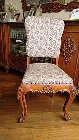 4 cadeiras estofadas,            pes em madeira macica entalhada à mao