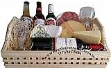 Cestas de queijos,  vinho e cerveja