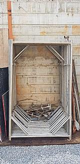 Conjunto de escoras metalicas e barrotes
