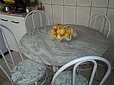Mesa redonda de marmore   4 cadeiras.