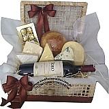 Cestas de queijos e vinhos na vila mariana