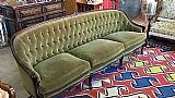 Sofa antigo em veludo verde capitonado