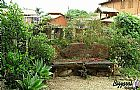 Bancos de pedra no jardim com pedra bruta