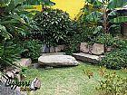 Bancos de pedra no jardim com pedras ornamentais