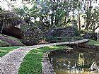 Caminhos de pedra no jardim com pedregulho do rio