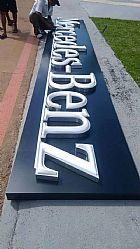 Confeccao e instalacao de placas, letras tipo caixa alta