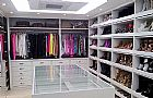 Armarios e closet. suas roupas e organizados em tom e cores