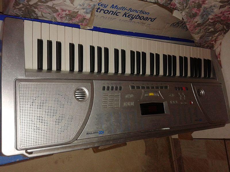 teclado musical semi novo