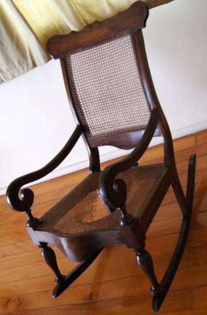 Cadeira De Balanco Antiga - Madeira Macica
