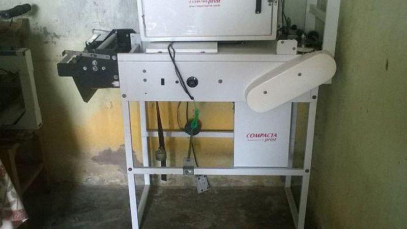 Uma maquina de fraldas descartaveis marca compacta print