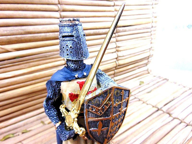 Guerreiro Medieval Cruz De Malta Escudo Resina Estatua 25cm