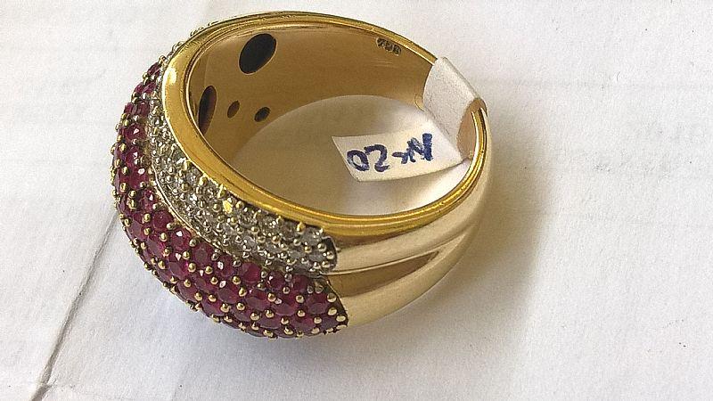 anel em ouro amarelo com pave de diamantes e rubi