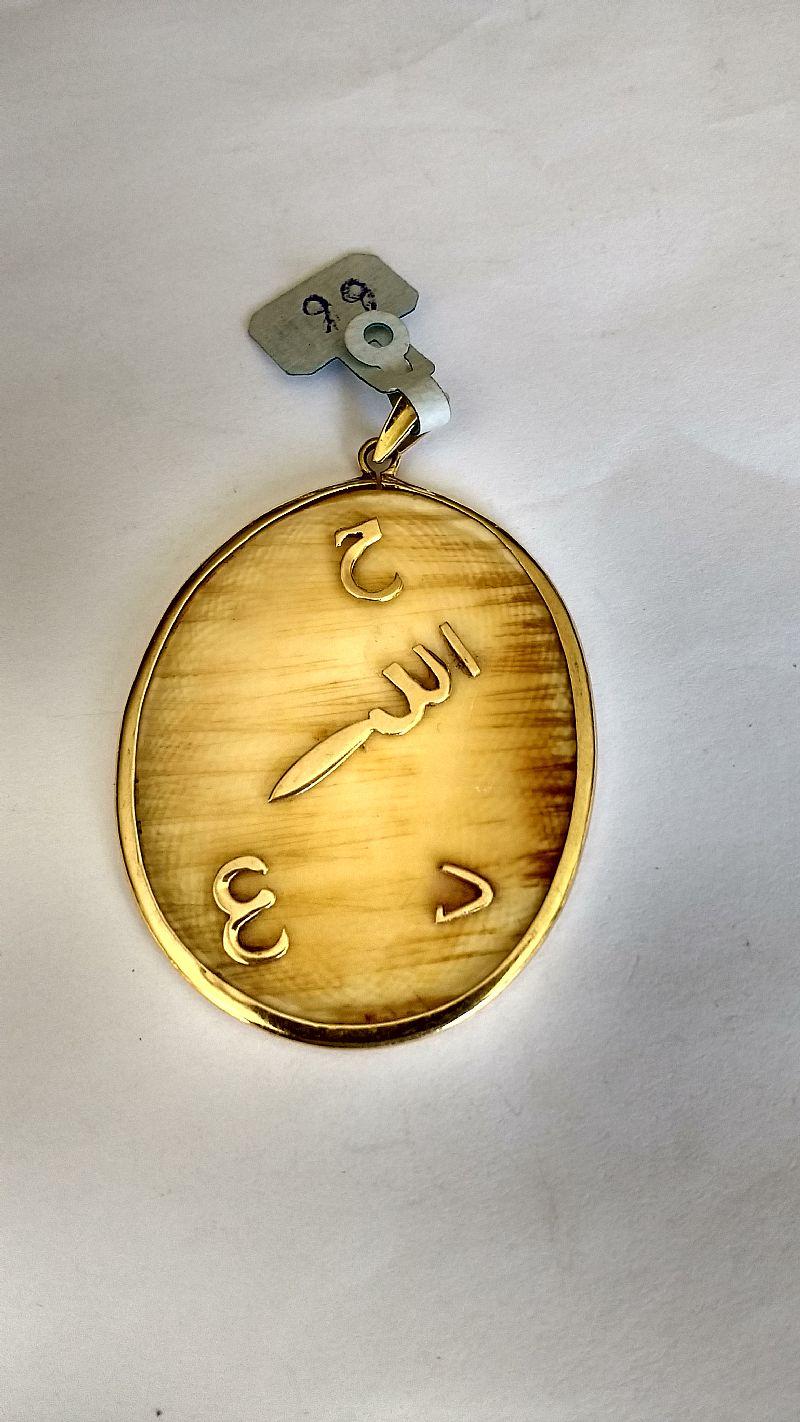 Pendente em ouro amarelo modelo relogio com marfim