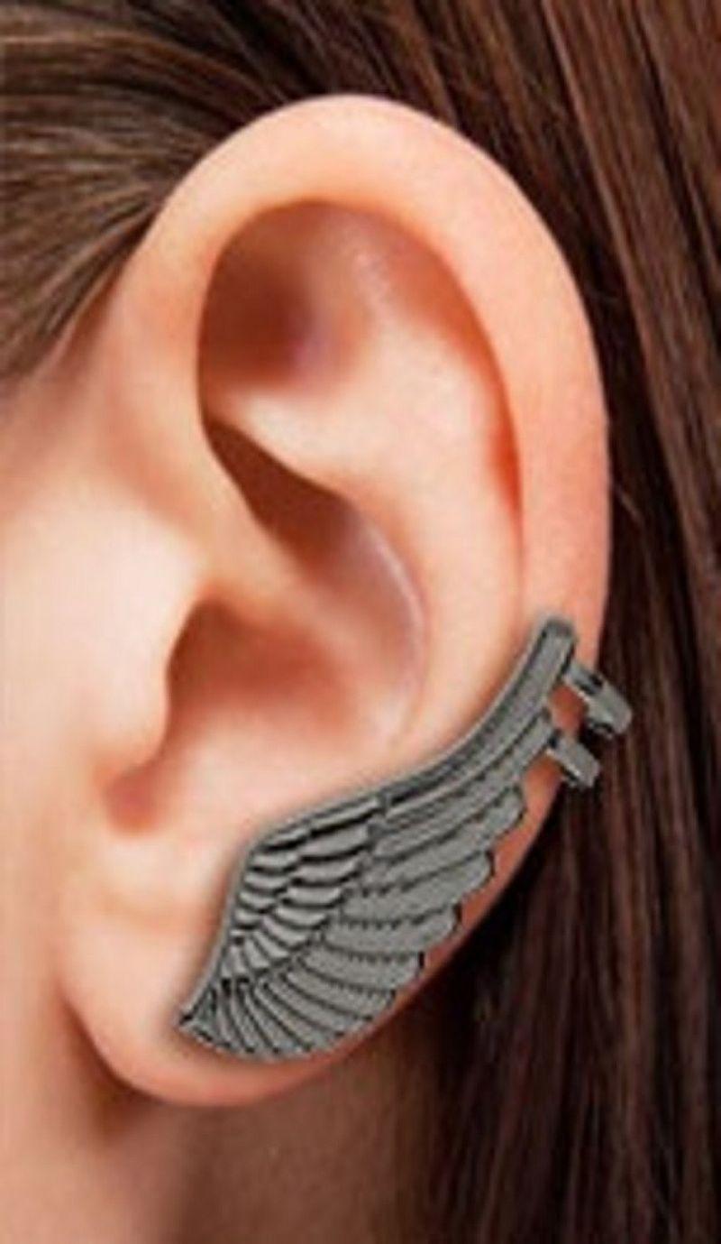 Brinco EAR CUFF com banho onix em forma de uma asa