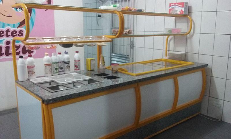 Maquina de sorvete e balcao self-service